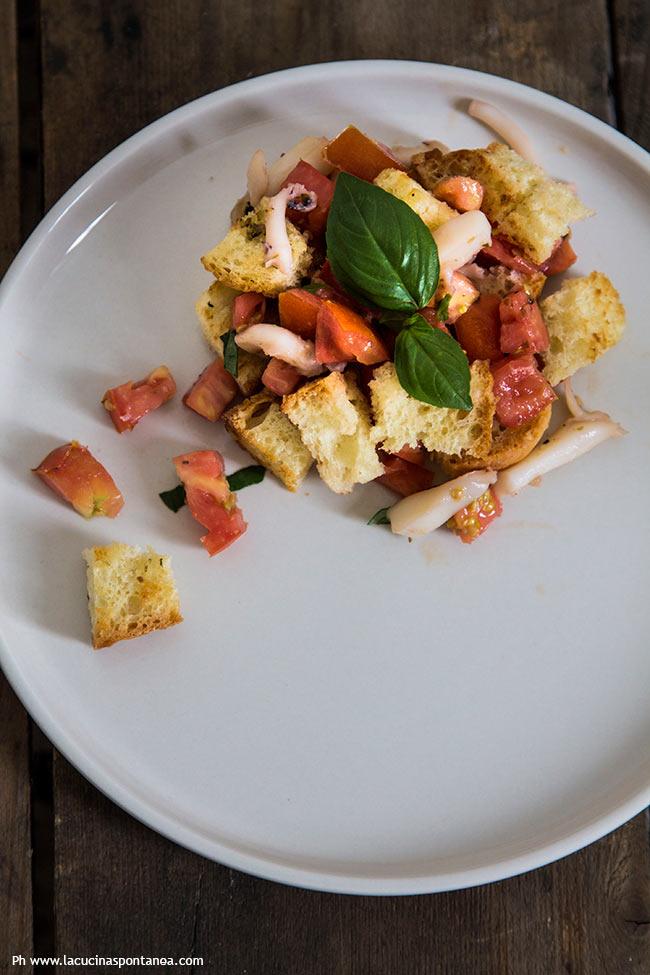 Foto della panzanella di mare, con pomodori pane e seppie