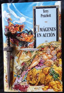 Portada del libro Imágenes en acción, de Terry Pratchett