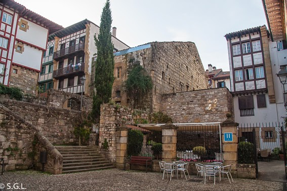 Terraza y plaza del hotel Palacete en Hondarribia. Cenar y dormir en Hondarribia