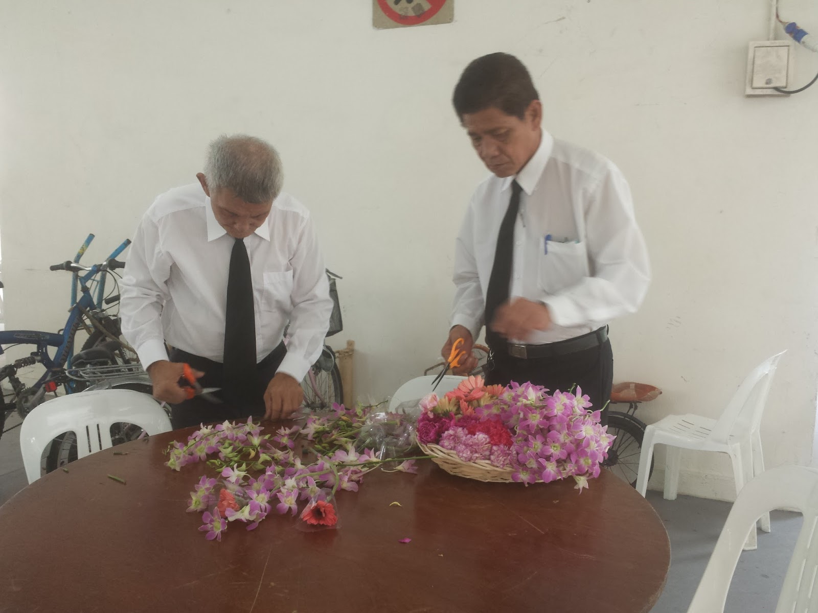 Somewhere in singapore blog funeral of eric chan 2 staff from the undertaker cutting the flowers for use to place at the coffin after taking a last look at the deceased at mandai crematorium and izmirmasajfo
