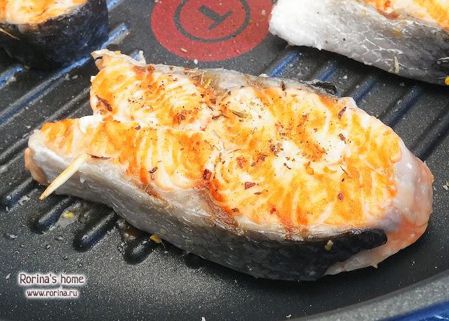 Стейк из лосося на сковороде-гриль