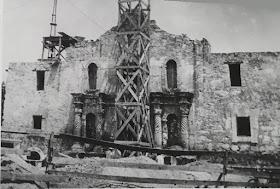 Alamo+chapel+getting+roof+in+1936.jpg