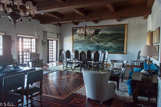 Salon del Parador de Baiona. La fortaleza frente al mar