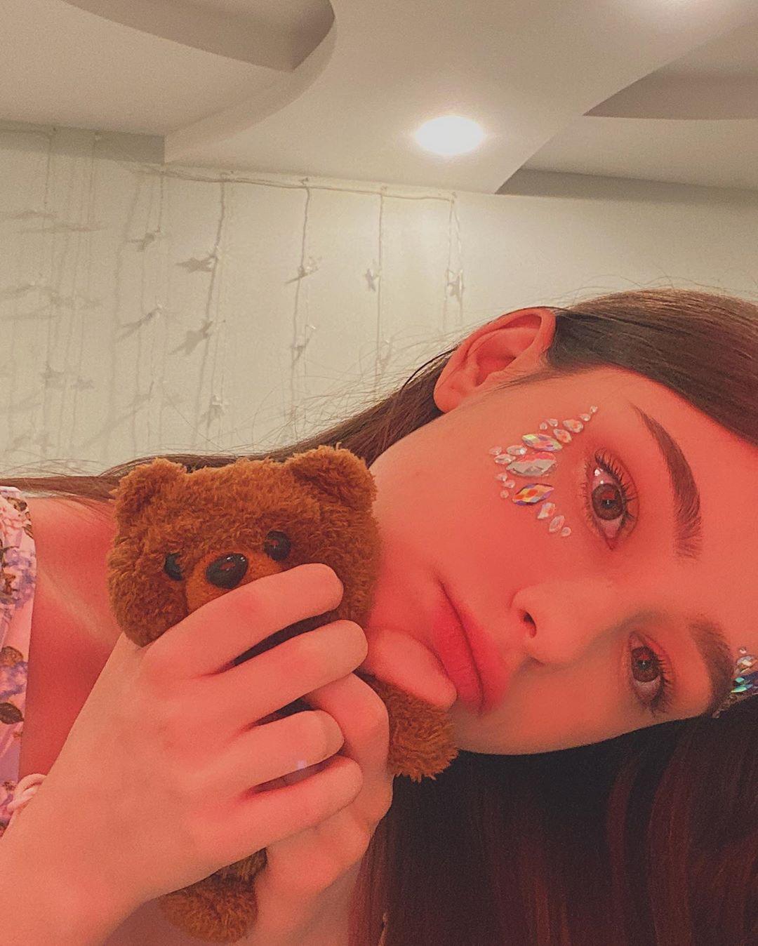 Download Wallpaper Dasha Taran with her Teddy