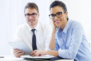 Trabajo en equipo, reunión hombre y mujer sonrientes