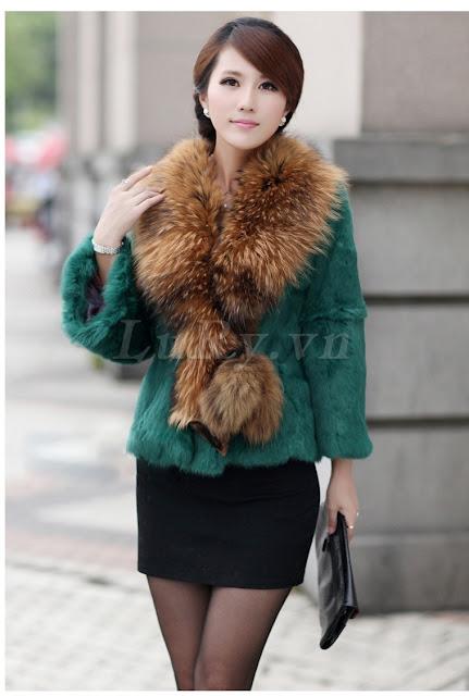 Một chiếc áo choàng lông chồn khoác ở ngoài trông rất cao quý