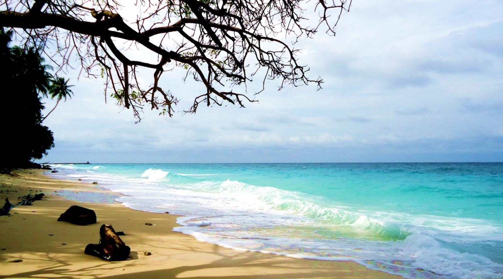 Pantai Tapak Gajah wisata Indonesia paling keren