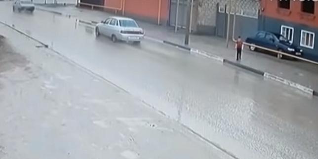 """فيديو: """"معجزة"""" تنقذ طفلا من الموت دهسا !"""