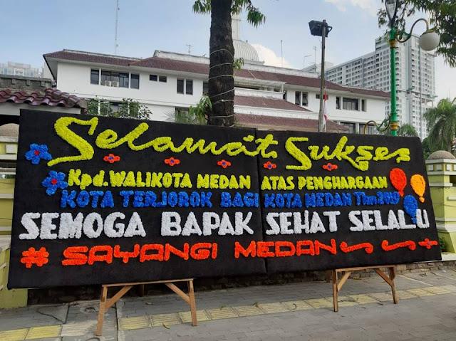 """Papan Bunga Untuk Wali Kota Medan """"Selamat Atas Prestasi Medan Kota Terkotor Tahun 2019"""""""