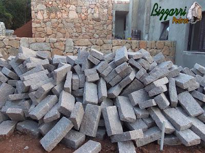 Pedra folheta cortadas para construção de parede de pedra.