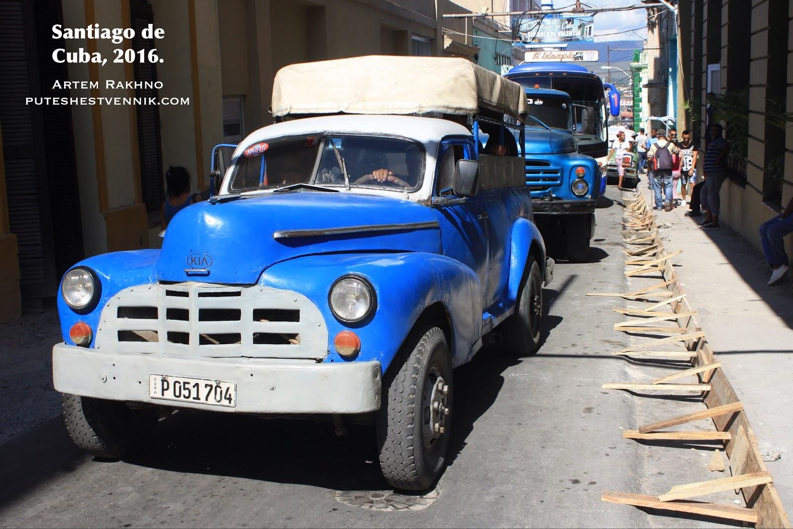 Старые авто на улице в Сантьяго-де-Куба