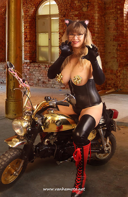 Catwoman; leather highheel boots; leather corset, big breasts; Viivi; kissanainen; vappu; Honda Monkey; nahkasaappaat; nahkakorsetti; isot rinnat