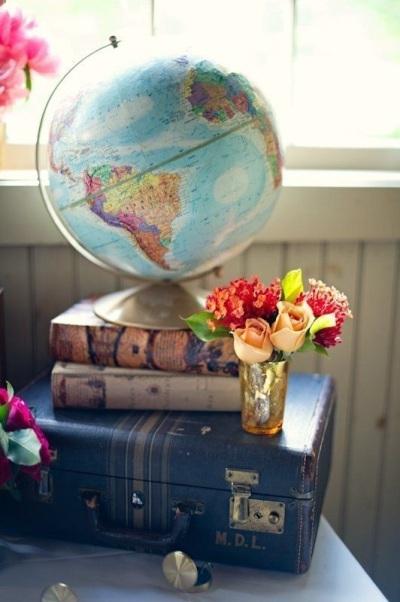Di atas meja kerja, dengan tambahan beberapa buku dan aksesoris agar terlihat lebih artistik,