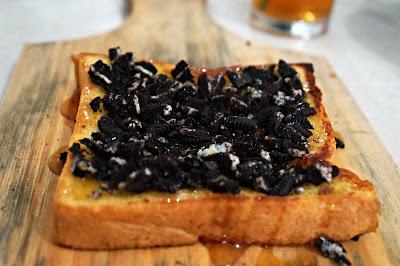 Roti bakar dengan madu dan oreo di Intomie