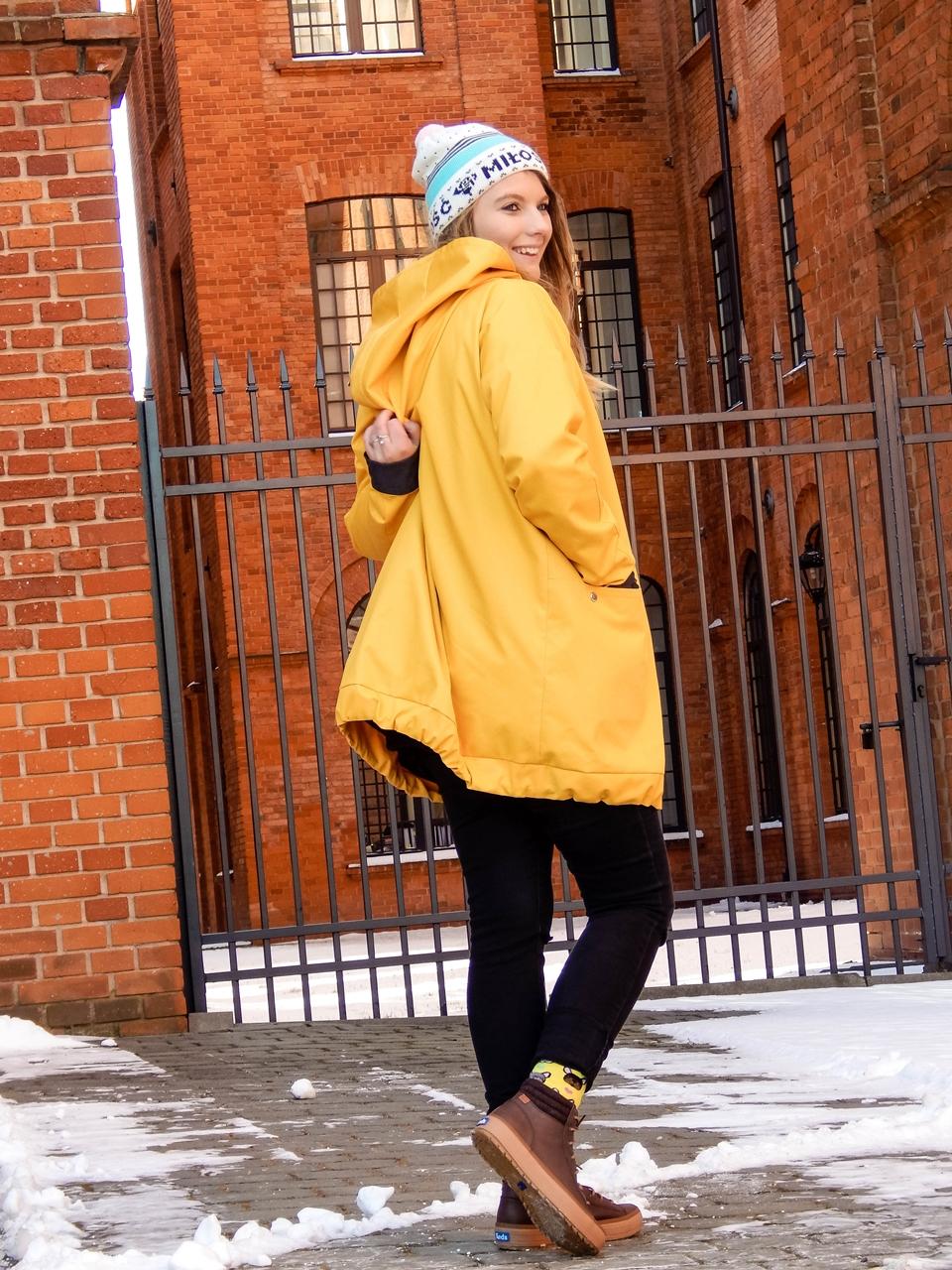 7 agagu żółta szeroka kurtka płaszcz z kapturem polskie marki czapka miłość pan tu nie stał łódź moda blogerka keds kolorowe skarpetki