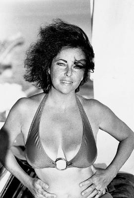 http://www.pulpinternational.com/pulp/entry/Mid-1960s-photo-of-Elizabeth-Taylor.html