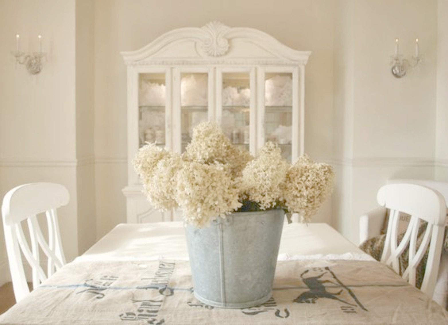 My #FrenchCountry white dining room with German grainsack, hydrangea, and romantic #NordicFrench style