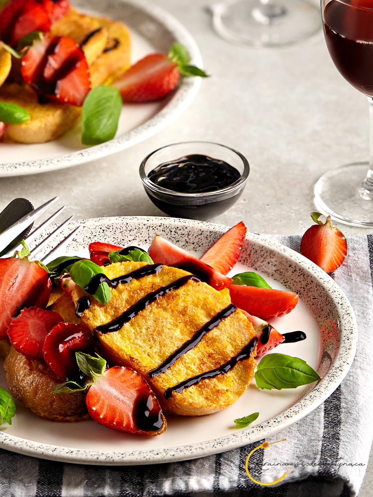 tosty francuskie z truskawkami, tosty francuskie wytrawne, pomysł na kolację, pomysł na chleb, pomysł na jajka, chleb w jajku, kraina miodem płynąca, fotografia kulinarna szczecin