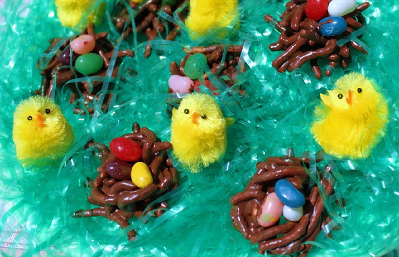 A fun project using food for the kids at Easter. Chocolate covered treats with jelly beans to make bird nests