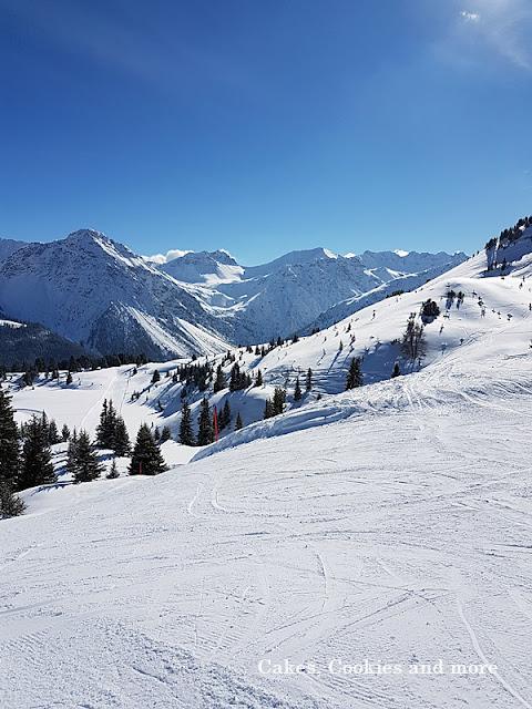 Schnee und blauer Himmel in Arosa