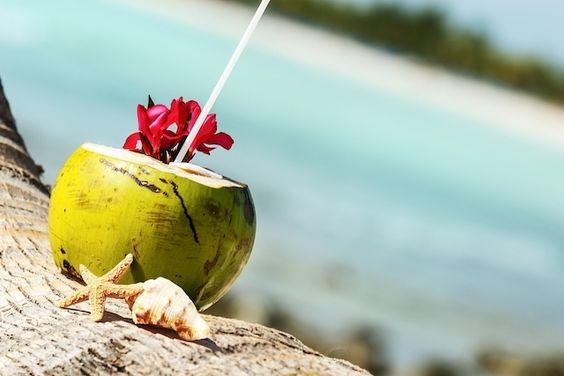 Tomar água de coco nos dias mais quentes é muito bom e super nutritivo, além de refrescar muito ainda  repor os sias minerais perdidos através do suor em uma atividade física. No verão a água de coco é uma grande aliada nos dias mais quentes, pois ajuda a refrescar se você gosta de água de coco então abuse bastante dela.