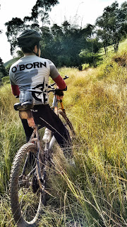 Na foto, deficiente visual sobre a bike tandem descansando.