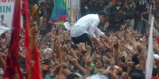 Diguyur Hujan Deras, Puluhan Ribu Warga Tegal Tetap Setia Dengarkan Jokowi