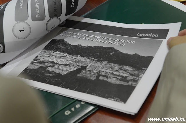 A Kína Santung tartományában működő Shandong Agricultural University-t – csakúgy, mint a Debreceni Egyetemet – a világ kétszáz legjobb agrárfelsőoktatási képzőhelye közé rangsorolja a Quacquarelli Symonds World University Rankings. A történelmi és kulturális zarándokhelyen, a Thai-hegy lábánál található egyetemen 19 karon összesen 31 ezer hallgató tanul. Az intézmény vezetőiből álló delegáció kedden érkezett Debrecenbe.
