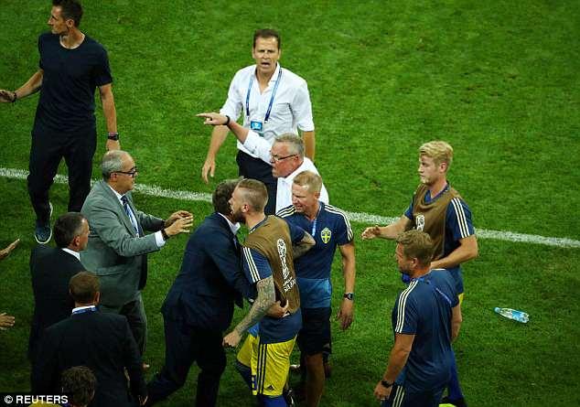Bị khiêu khích, Thụy Điển lao vào choảng nhau với Đức 2