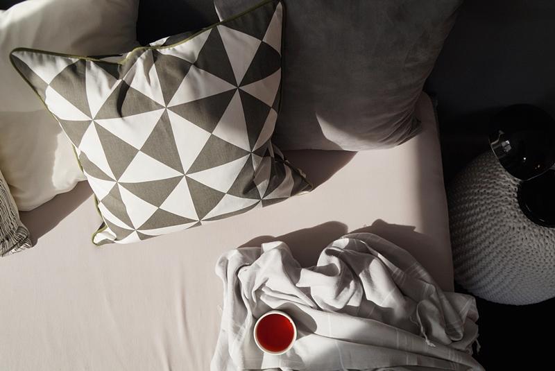 Cozy black, white and grey scandinavian bedroom