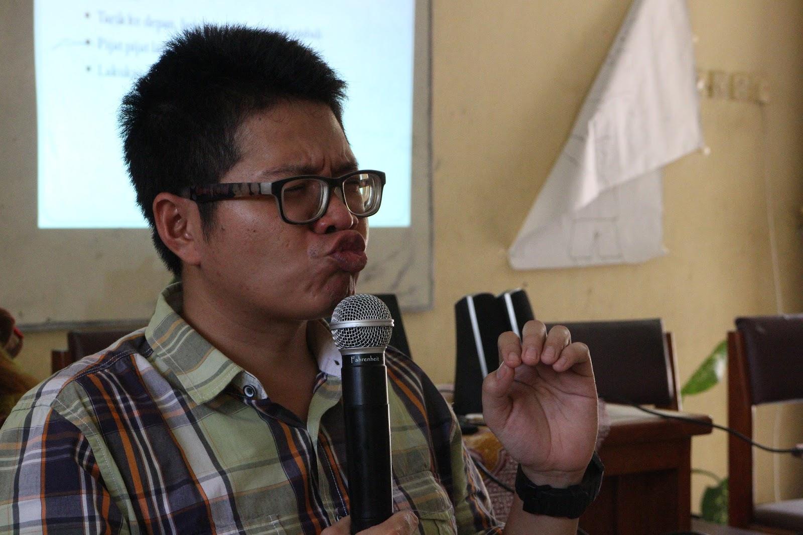 Kak Tony Sahabat Dongeng mempraktekan ekspresi wajah