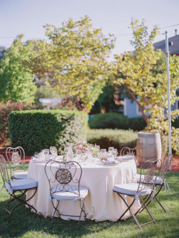 mesa redonda de boda con sillas de forja chicanddeco