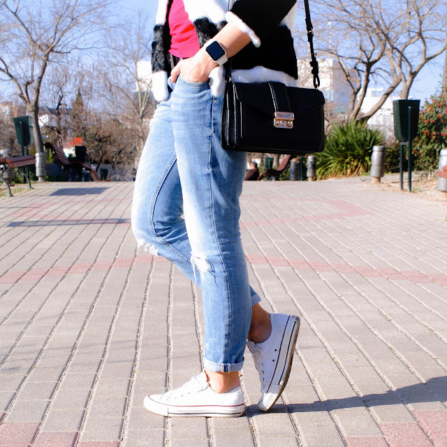 LOOK Chaqueta de pelo bicolor, zapatillas Converse All Star, boyfriend jeans