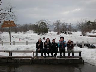 Juzuke, Sabina, Hallic, Shogo y Mami cerca de un lago...