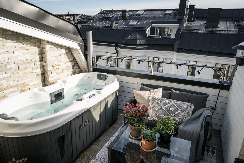 Cadă cu hidromasaj pe terasă într-o mansardă pe două niveluri (60 m²)