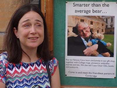 Junto a la foto de Stephen Hawking