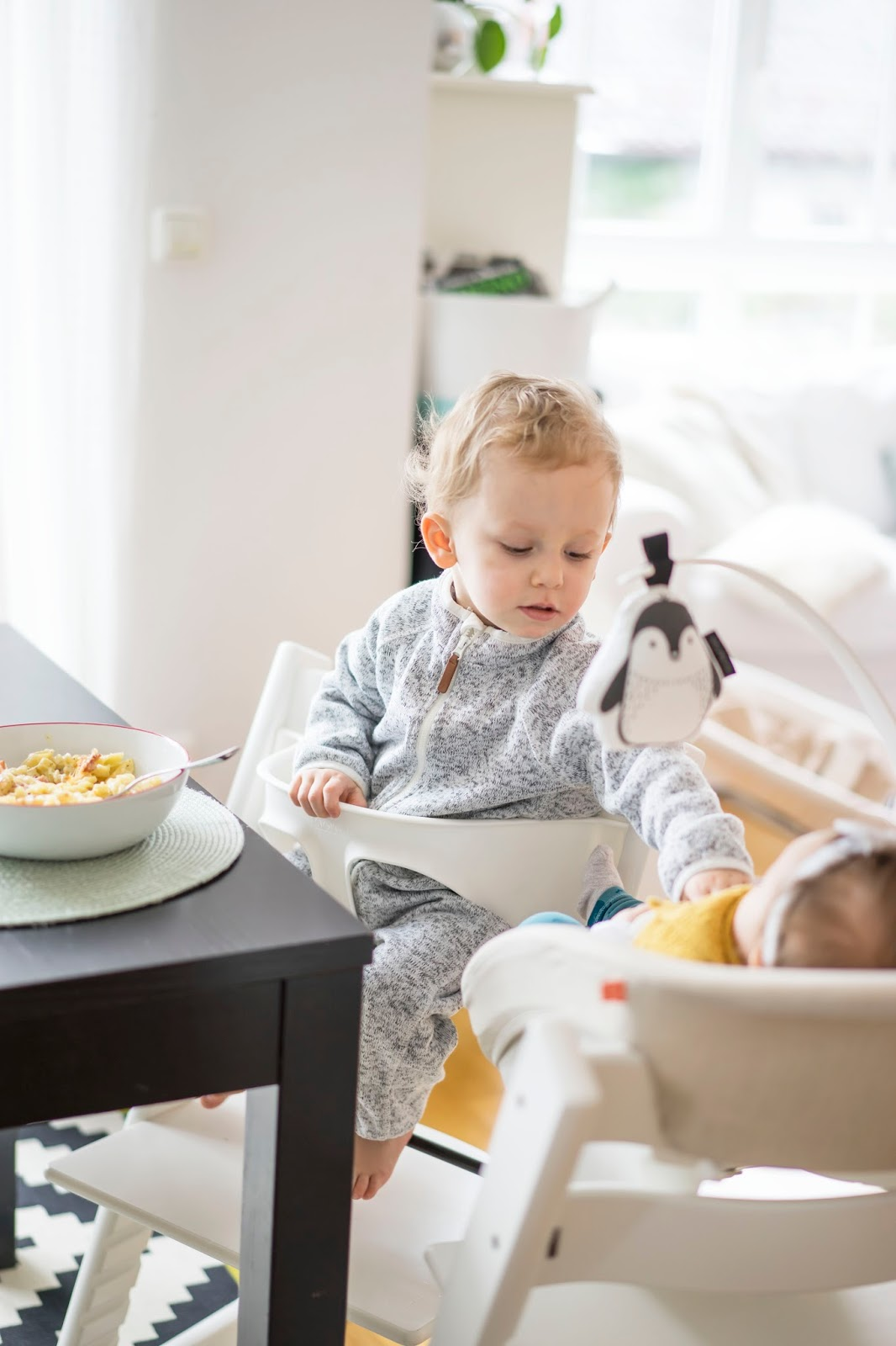 stokke tripp trapp mit newborn set die ganze familie auf augenh he an einem tisch. Black Bedroom Furniture Sets. Home Design Ideas