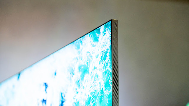 Infinity Screen 設計的邊框特寫,除了正面幾乎看不到之外,厚度也僅有 1.5 公分