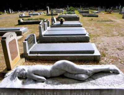 Witziger Grabstein auf Friedhof Comedy Steinmetz