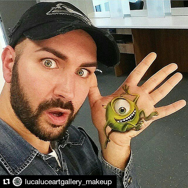 09-Mike-Monster-Inc-Luca-Luce-Body-Painting-with-3D-Hand-Drawings-www-designstack-co