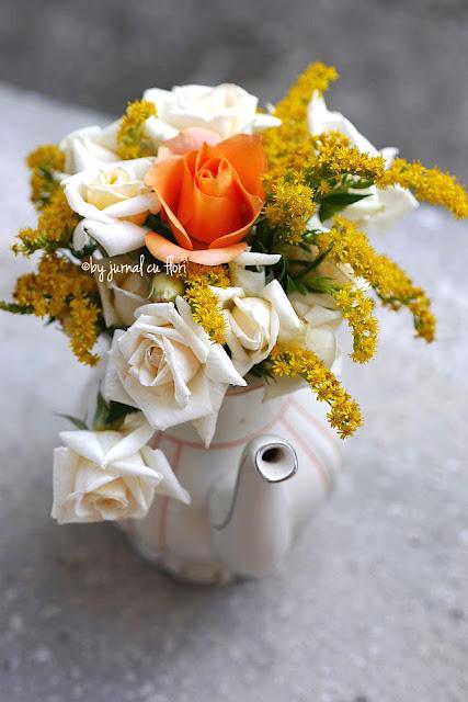 imagine #ceainic #vintage cu #flori #trandafiri de gradina