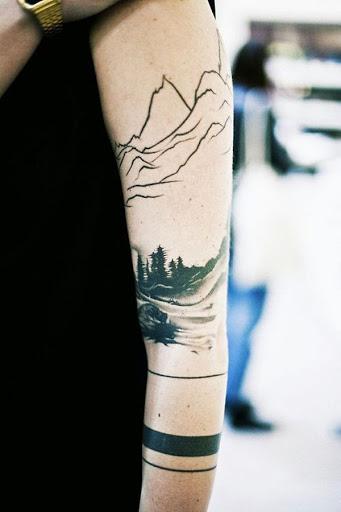Outra floresta desenho de tatuagem para as mulheres. Desta vez, ele tem uma vista das montanhas. Ele poderia simplesmente significar um lugar que queria se lembrar. Ou pode significar uma viagem que nunca vão esquecer.