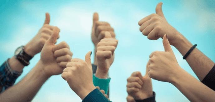 várias mãos com gestos de positivo