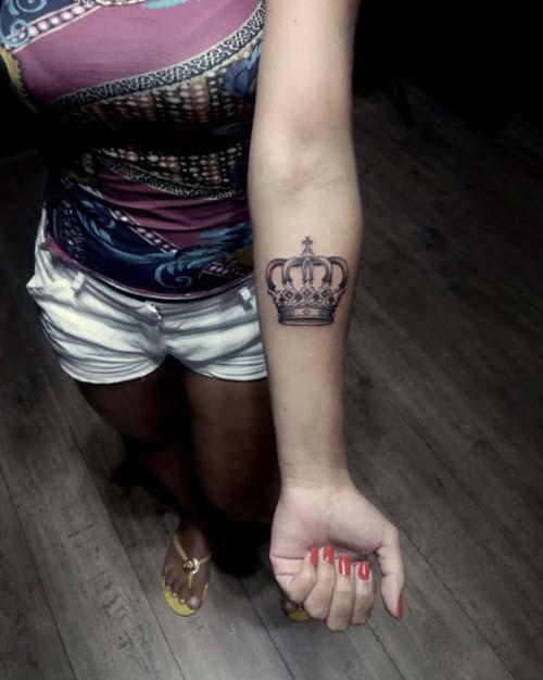 woman forearm crown tattoo kadın iç kol taç dövmesi