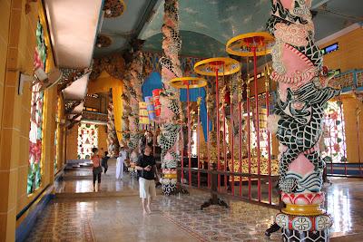 Corredores y pasillos del templo divino de Tay Ninh