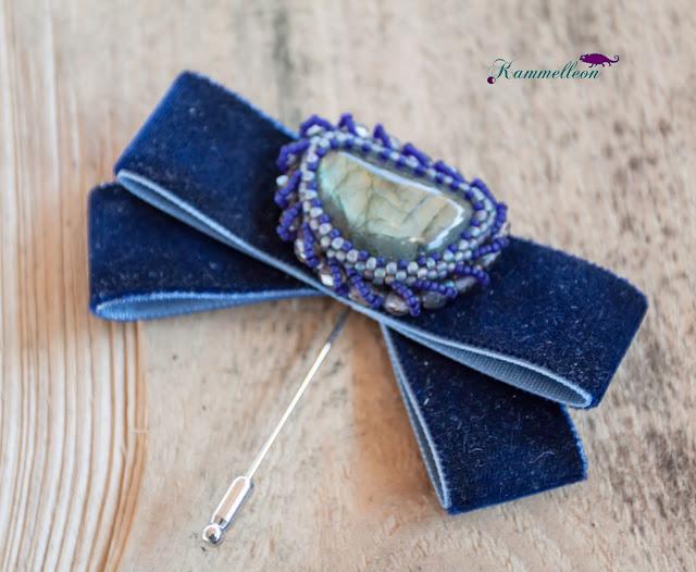 broszka z kamieniem