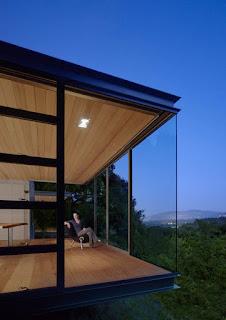 Прозрачный угол в деревянных окнах