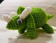 http://translate.google.es/translate?hl=es&sl=en&tl=es&u=http%3A%2F%2Fwww.jazmocrochet.still.id.au%2Fother-cool-things%2Ftriceratops%2F