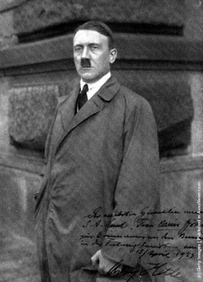 Ο Αδόλφος Χίτλερ στο Mein Kampf περιγράφει τις συνέπειες της ανεργίας και της αστάθειας του μεροκάματου. Εκείνη την εποχή ήδη ο Μουσολίνι είχε καταφέρει να κυβερνήσει την Ιταλία. Τα προβλήματα ήταν κοινά αφού η αβεβαιότητα της εργασίας, οι απεργίες, τα λοκ - άουτ, ο μαρξισμός και η κερδοσκοπία των τραπεζών τσάκιζαν τα έθνη της Ευρώπης.