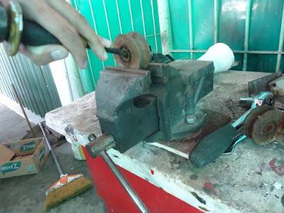 Cara Mudah Mengganti Roda Rell Pagar Besi 3